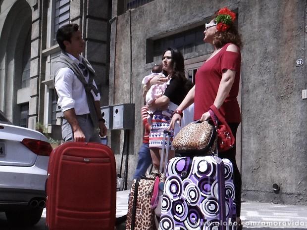 Ignácio chega para apanhar Valdirene e Márcia, que estão cheias de malas (Foto: Amor à Vida / TV Globo)