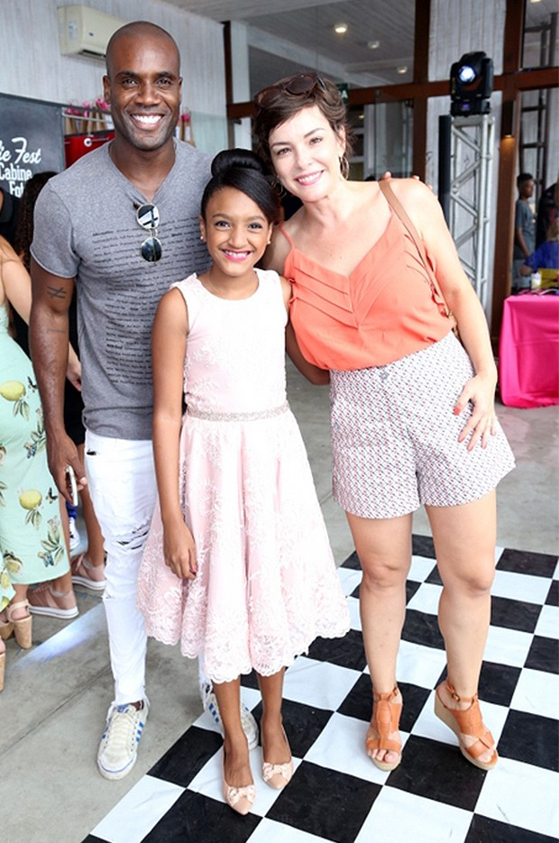 Rafael Zulu, a aniversarieante, Luiza, e a atriz Regiane Alves (Foto: Anderson Borde/ AgNews)