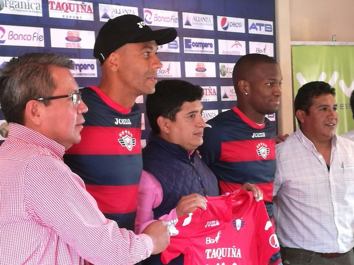 Alex Silva é apresentado pelo Jorge Wilstermann (Foto: Divulgação)
