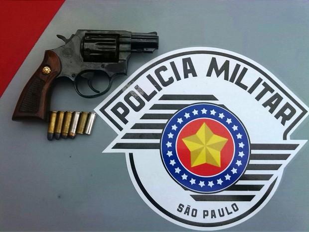 Polícia apreendeu arma utilizada por suspeito (Foto: G1)