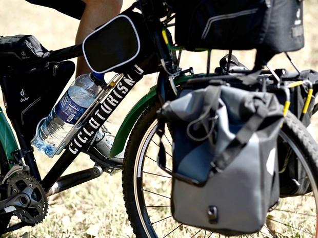 Bicicleta de Moraes conta com 12 alforjes para carregar equipamentos de cinema e utensílios de casa. (Foto: Alexandre Bastos/G1)