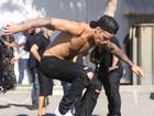 Sem camisa e com cueca à mostra, Justin Bieber anda de skate