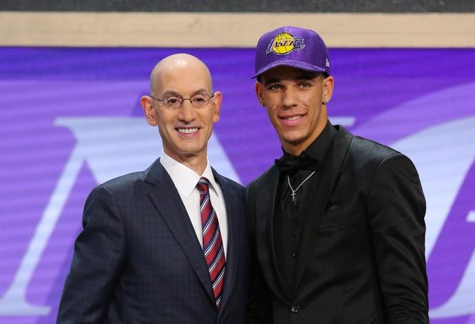 Lonzo Ball, segunda escolha do Draft pelo Los Angeles Lakers, é cumprimentado por Adam Silver, comissário da NBA (Foto: Reuters/Brad Penner-USA TODAY Sports)