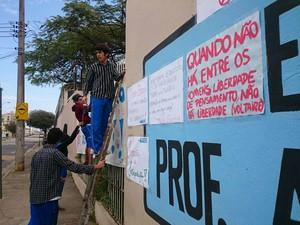 Cartazes e faixas foram colocados em frente a escola (Foto: Jomar Bellini/G1)