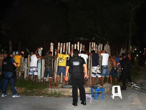 Abordagens a pessoas, carros e bares foram realizadas durante operação (Foto: Sharon Marques/SSP-AM)