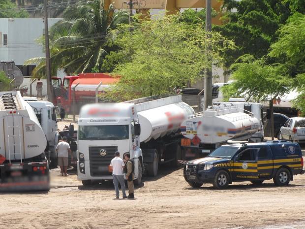PRF e Polícia Civil prenderam os envolvidos em flagrante, em Cabedelo, na Grande João Pessoa (Foto: Divulgação/PRF)