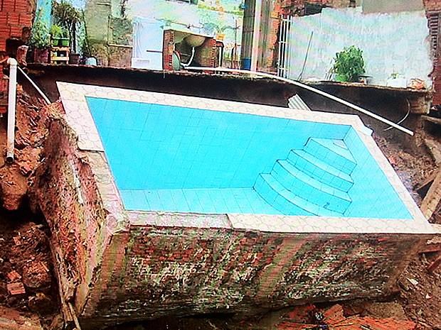 Piscina construída em área de risco desmoronou após temporal atingir Cuiabá (Foto: Reprodução/TVCA)