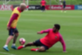 Messi se diverte em dia de 'pelada' e deixa Suárez no chão; veja o vídeo aqui (Reprodução)