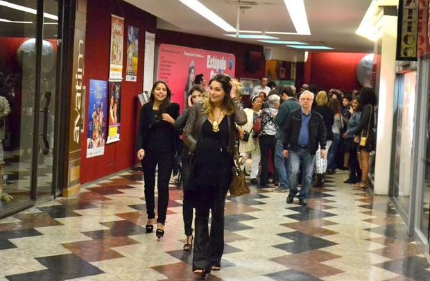 Sasha com amigas no teatro (Foto: Webert Belicio/Brazil News)