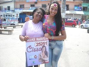 Mulher Maravilha faz campanha em bairro de Salvador (Foto: Lilian Marques/G1)