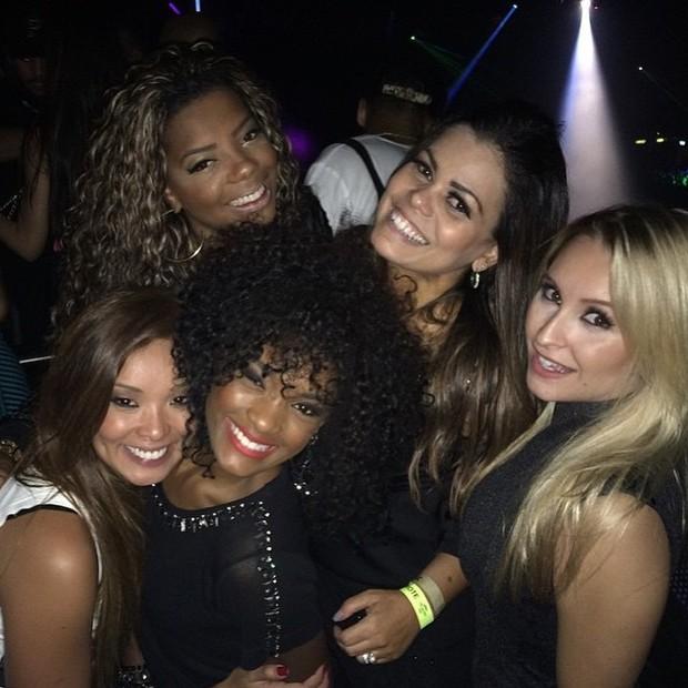 Carol Nakaruma, MC Ludmilla, Erika Januza, Priscila Coellen e Carla Diaz em show no Rio (Foto: Instagram/ Reprodução)