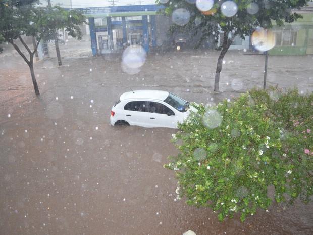 Chuva arrasta carros em Piracicaba_0603 (Foto: Juliana Franco/G1)