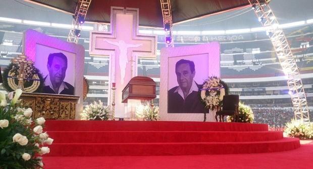 Altar com o caixão no velório de Roberto Bolaños (Foto: Reprodução/Televisa)