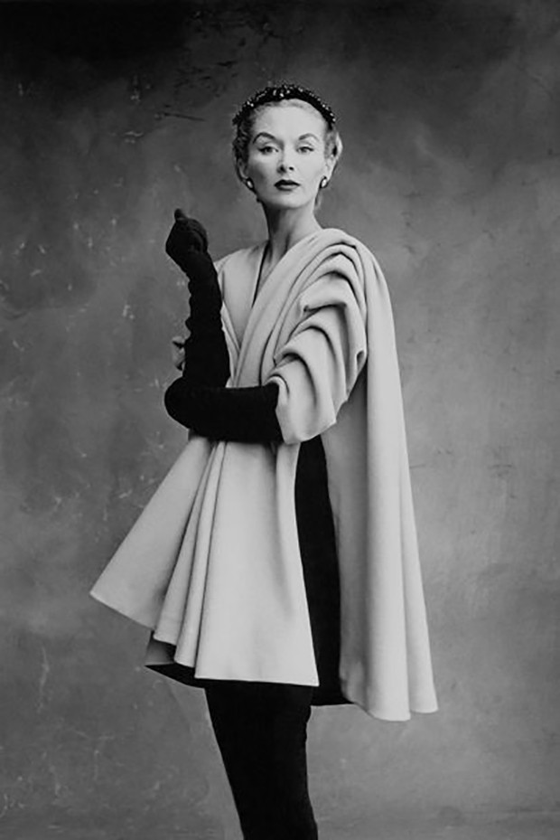 Lisa Fonssagrives-Penn wearing a coat by Cristóbal Balenciaga, Paris, 1950 (Foto: PHOTOGRAPH BY IRVING PENN © CONDÉ NAST, IRVING PENN FOUNDATION)