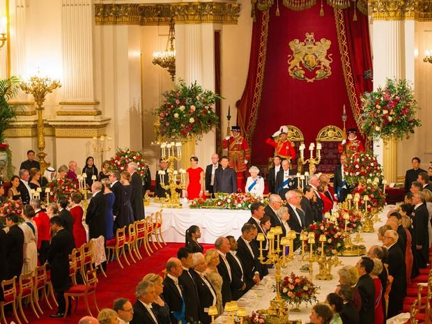 Vista geral do salão de banquete do Palácio de Buckingham, em Londres, na noite de terça (20), durante recepção ao presidente da China, Xi Jinping (Foto: AFP Photo/Pool/Dominic Lipinski)