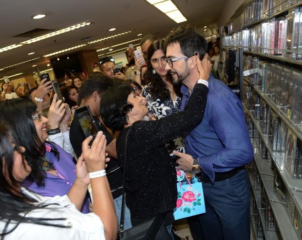 Padre Fábio de Melo recebe o carinho em lançamento de livro em São Paulo (Foto: Francisco Cepeda/AgNews)