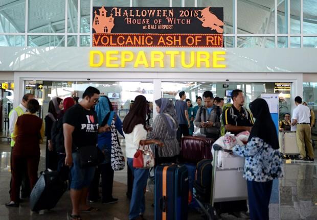 Passageiros aguardam informações sobre voo em aeroporto Ngurah Rai Airport, em Bali (Foto: Sonny Tumbelaka/ AFP)
