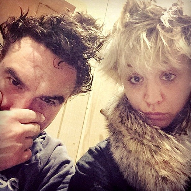 Kaley Cuoco com o rosto limpo ao lado do colega da série 'The Big Bang Theory' Johnny Galecki. (Foto: Instagram)