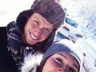 Carolina Portaluppi curte a neve com o namorado em Aspen