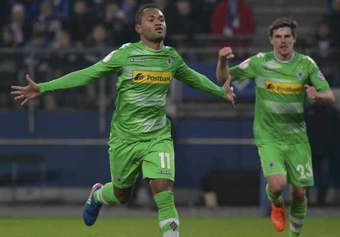 Raffael comemora gol do Borussia Mönchengladbach (Foto: REUTERS/Fabian Bimmer)