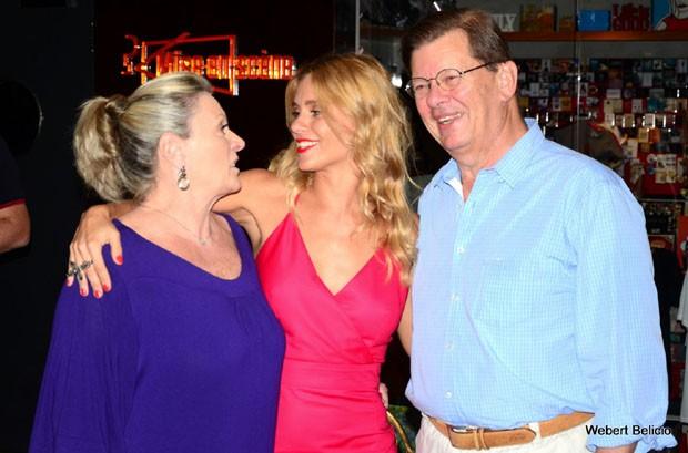Carolina Dieckmann com os pais, Maíra e Roberto (Foto: Webert Belicio/Agnews)