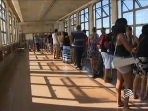 Fila no Elevador Lacerda, em Salvador (Foto: Reprodução/TV Bahia)