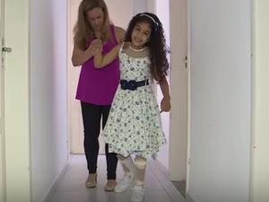 Nikki tem o apoio da família para superar dificuldades motoras (Foto: Reprodução/RBSTV)