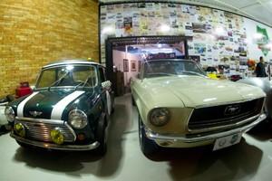 Mini Cooper e Mustang dividem o mesmo espaço (Foto: Flavio Moraes / G1)