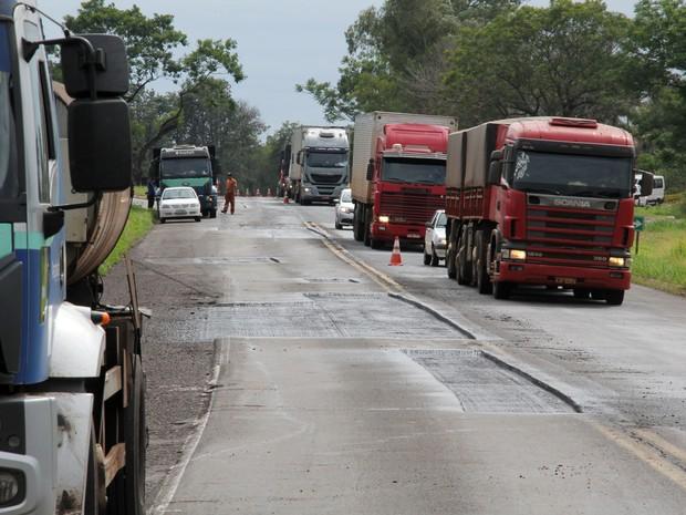 Em novembro de 2016, o Departamento de Estradas de Rodagem do Paraná executou obras de melhoria na PR-323, no trecho entre Cianorte e Paiçandu (Foto: Divulgação/AEN)