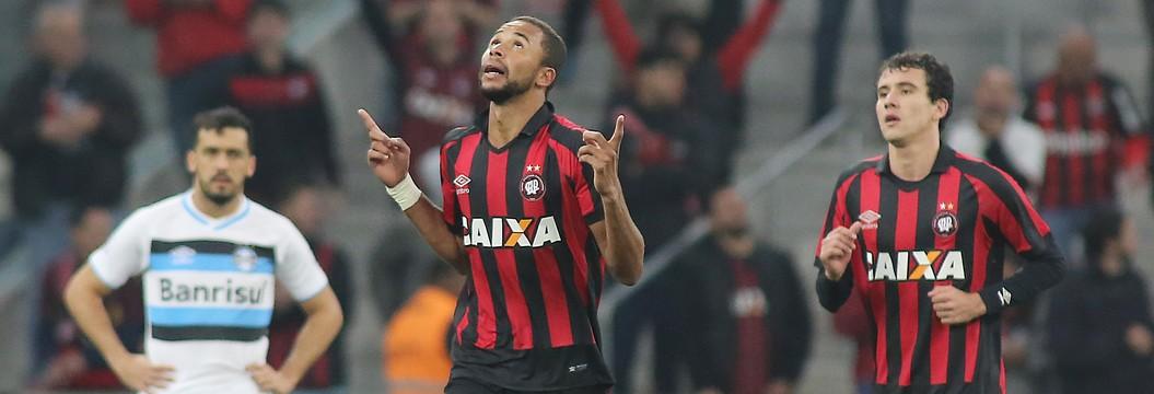 Grêmio joga mal e perde  por 2 a 0 para o Atlético-PR (Giuliano Gomes/ Agência PR PRESS)