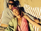 Na praia, Angélica posa decotada com Luciano Huck