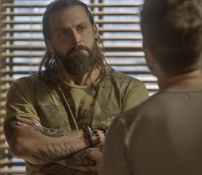 Tatuador é colocado contra parede pelo melhor amigo (Foto: TV Globo)