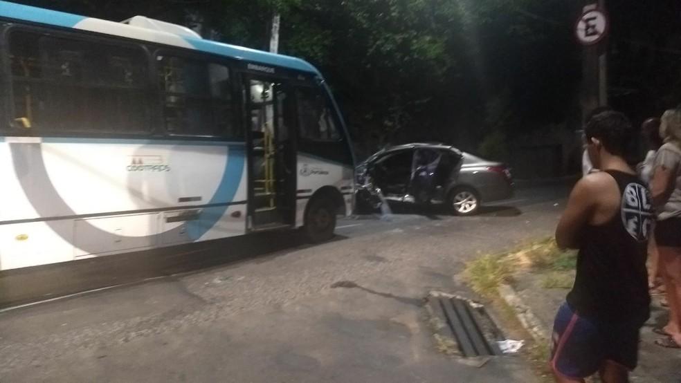 Colisão entre carro e ônibus em Fortaleza deixa uma pessoa morta e outras quatro feridas. (Foto: Arquivo pessoal)