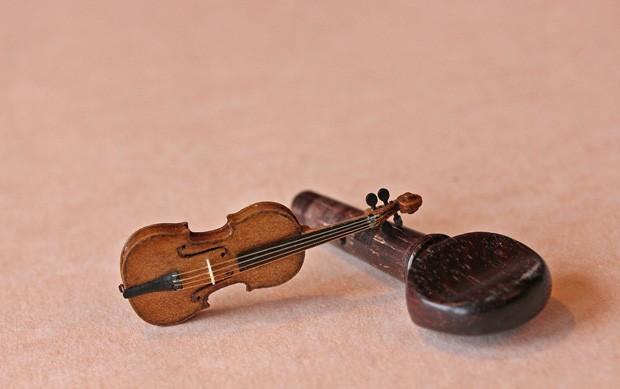Violino de 3,8 cm comparado a uma cravelha, usada para afinar cordas do instrumento (Foto: Divulgação/David Edwards)