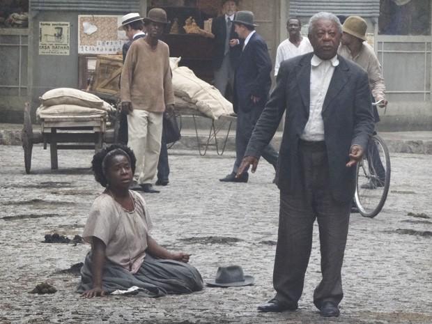 Afonso e Jurema são assaltados no meio da rua (Foto: Lado a Lado/Tv Globo)