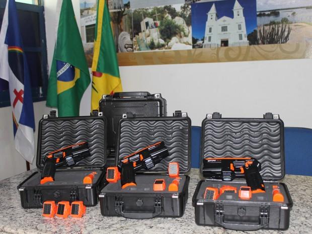 Dispositivos Eletrônicos de incapacidade, conhecidos ppularmente por arma de choque (Foto: Amanda Franco/ G1)