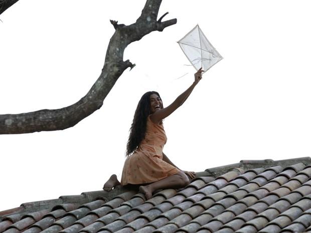 Gabriela pega a pipa no telhado (Foto: Gabriela / TV Globo)