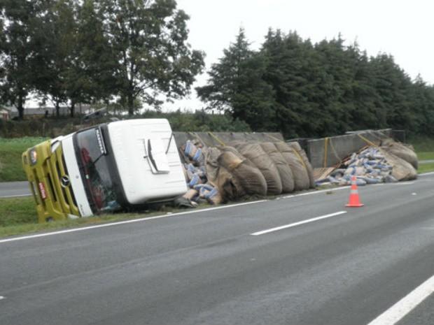 O caminhão estava carregado com mil sacos de cimento (Foto: Divulgação/Polícia Rodoviária Estadual)