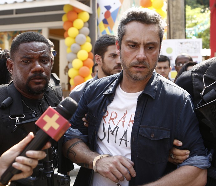 Romero é preso e humilhado por todos (Foto: Inácio Moraes / Gshow)