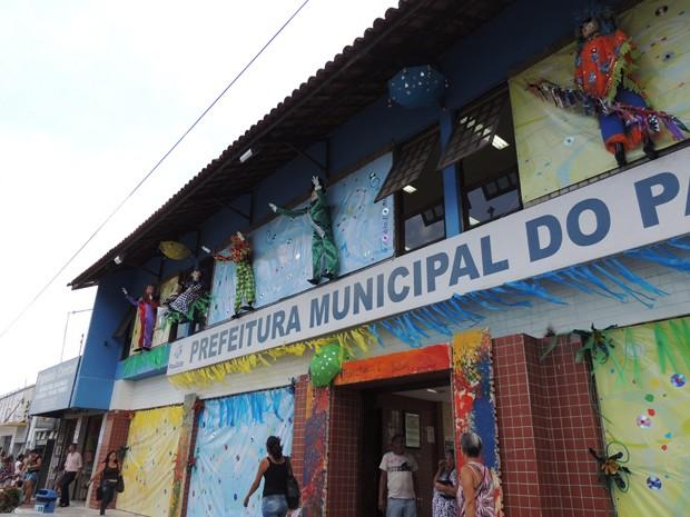 Fachada da prefeitura de Paulista decorada com bonecos feitos com material reciclado (Foto: Katherine Coutinho / G1)