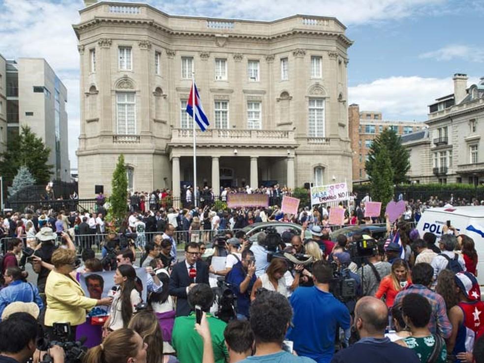 Espectadores acompanham abertura da embaixada cubana em Washington em julho de 2015 (Foto: AFP PHOTO /PAUL J. RICHARDS)