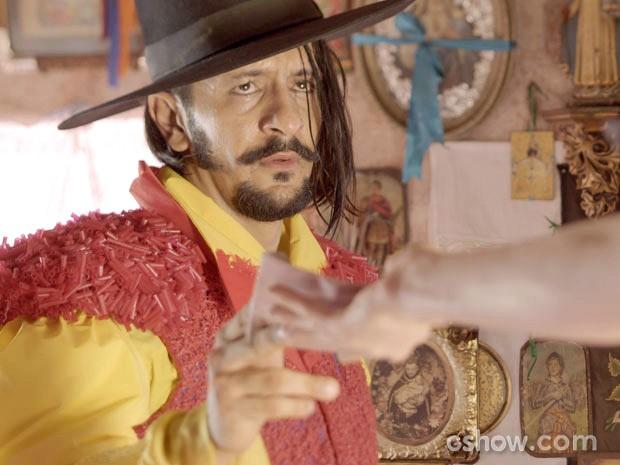 Zelão entrega seu tesouro meio cabreiro mesmo (Foto: Meu Pedacinho de Chão/TV Globo)