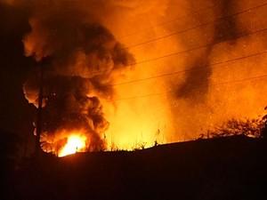 Bombeiros vão trabalhar durante toda esta quarta-feira (15) no rescaldo do incêndio (Foto: Reprodução/ RPC TV)