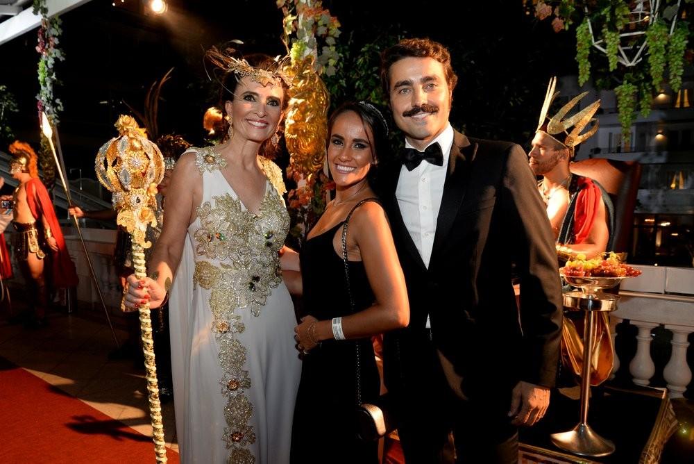 Andrea Natal, a madrinha do Baile do Copa, Ricardo Pereira e a mulher, Francisca Pinto (Foto: Leo Marinho / Ed. Globo)
