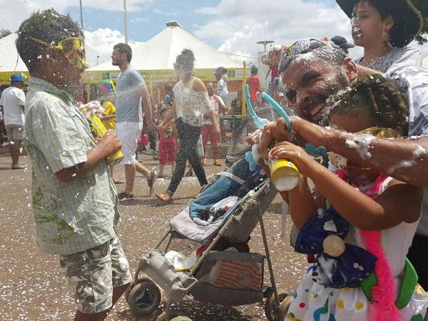 O pintor Fabricio Amaral, com filhos e sobrinhos durante o Carnaval em Brasília (Foto: Raquel Morais/G1)
