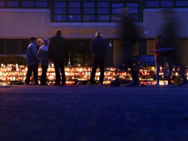 Pessoas colocam velas em homenagem aos estudantes da escola Joseph-Koenig em Haltern, oeste da Alemanha, que morreram no acidente aéreo na França (Foto: Sascha Schuermann/AFP)