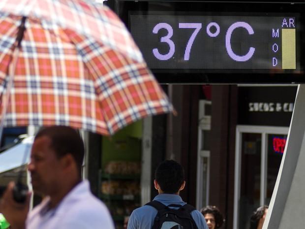 Guarda-chuva foi usado como guarda-sol nesta segunda de recorde de calor em SP (Foto: REUTERS/Nacho Doce)