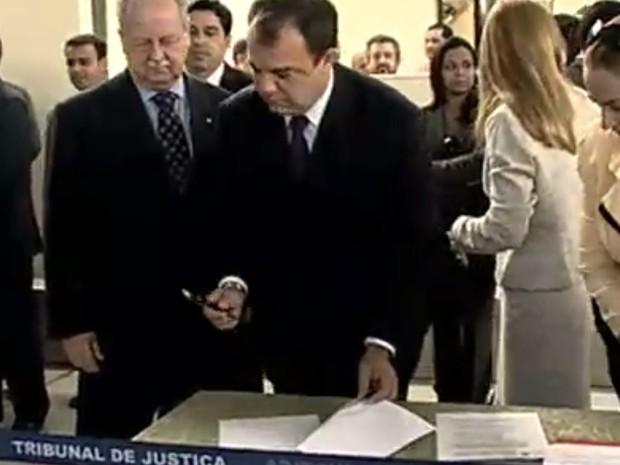 Cabral durante assinatura de melhorias para Complexo de Presídios de Banbu, em 2008 (Foto: Reprodução/TvGlobo)