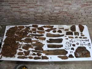 Restos encontrados em caixão com iniciais M.C. serão examinados por pesquisadores (Foto: AP Photo/Aranzadi Science Society)