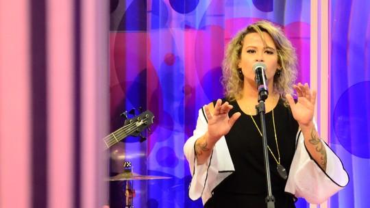 Tati Portella e banda cantam 'Zero'; confira a agenda de shows
